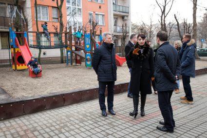 Kucsák László (képünk bal oldalán) a játszótéri bejáráson is egyeztetett a további feladatokról